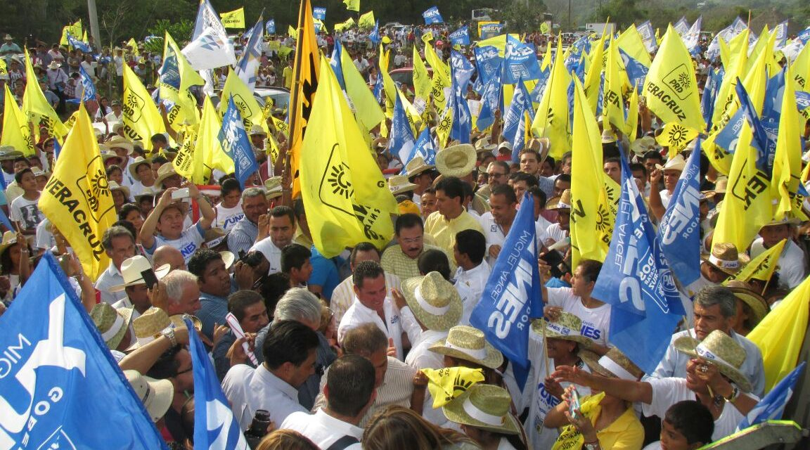 Desbordante recibimiento a los candidatos de la coalición PAN-PRD, Miguel Ángel Yunes Linares y Arturo Esquitin.