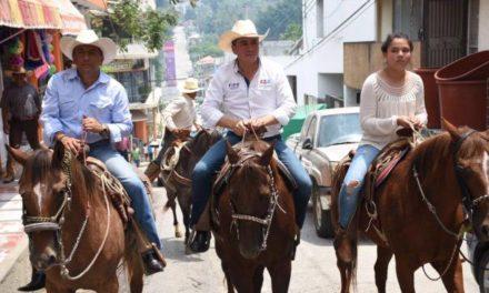Pipo Vázquez llega a caballo hasta el parque central de Tantoyuca