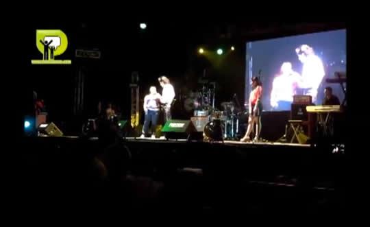 MARTHA AMAESTREA AL «VITOR» SOBRE COMO SE BAILA EN TUXPAN