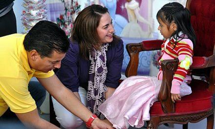 El Gobierno y el DIF Tuxpan inician la entrega de mil pares de zapatos a niñas de escasos recursos