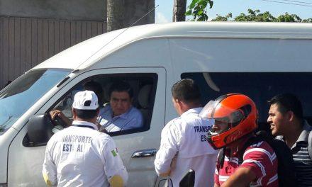 Taxistas se manifiestan en contra de particular