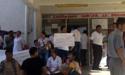 Se manifiestan trabajadores del Sector Salud
