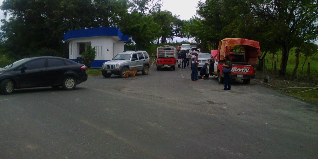 Campesinos bloquean paso a trabajadores de Mota Engil