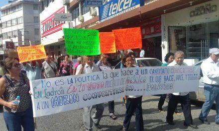 Se manifiestan integrantes del FEDIPEV, exigen pagos