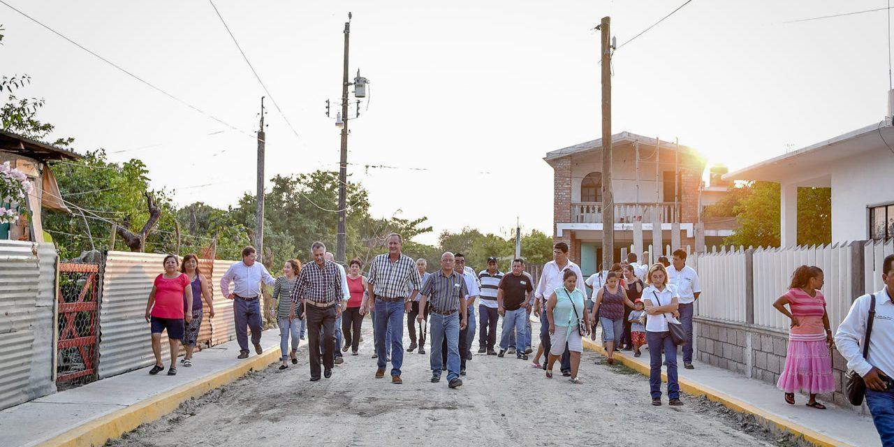 AUTORIDADES DEL AYUNTAMIENTO DE TUXPAN ENTREGAN OBRAS EN FECAPOMEX Y EN LA CALZADA
