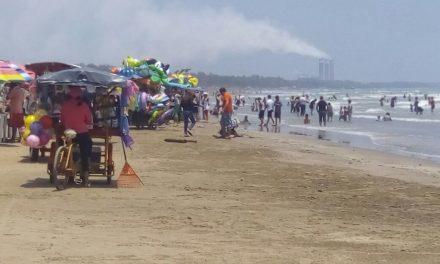 Regulan a vendedores ambulantes en zona de playa