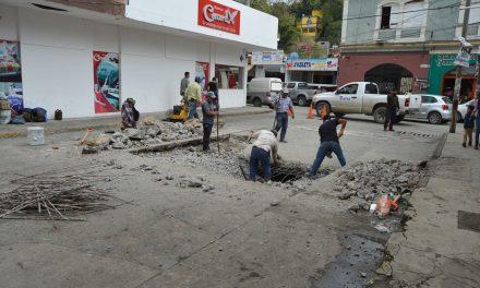 Personal de Servicios Generales repara socavón de la calle Gónzalez Ortega