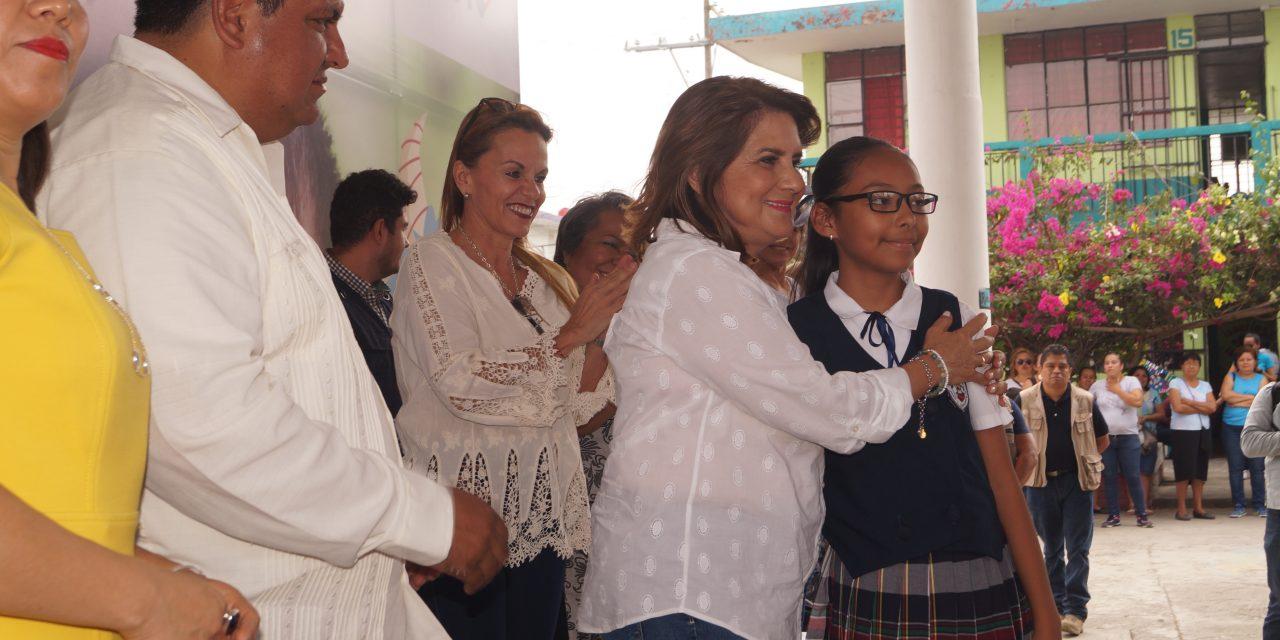 Presidenta del DIF Estatal entrega lentes gratuitos a estudiantes de Tuxpan