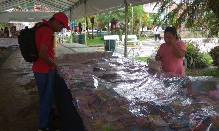 Acuden tuxpeños a comprar libros en corredor literario