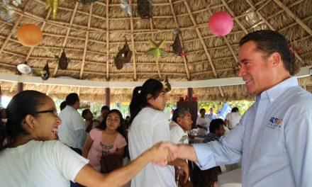 Escucha Arturo Esquitín necesidades de habitantes de Santiago de la Peña