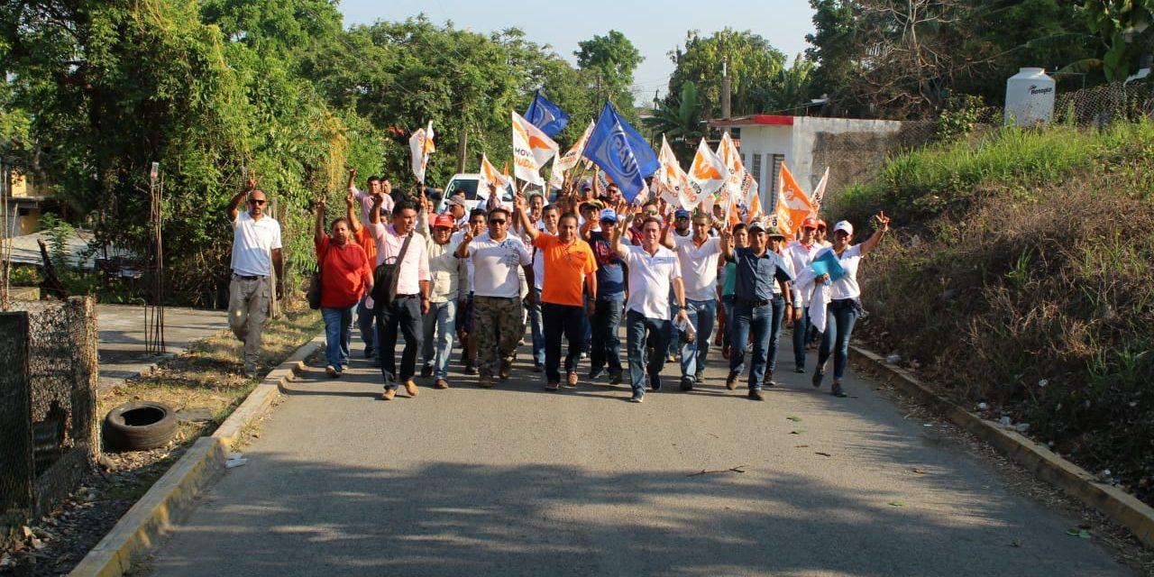 Solicitan habitantes de Cerro Azul pavimentación de calles; Arturo Esquitín, escucha necesidades