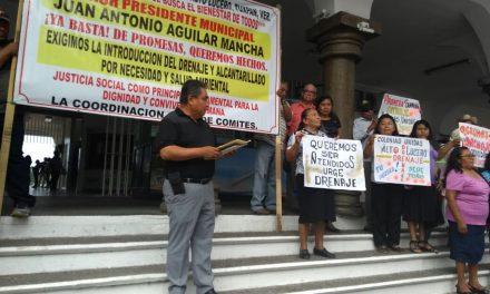 COLONOS DE ALTO LUCERO PROTESTAN POR LA FALTA DE DERENAJE