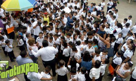 PRESIDENTE ANTONIO AGUILAR VISITA PRIMARIA PARA HACER ENTREGA DE UTILES ESCOLARES