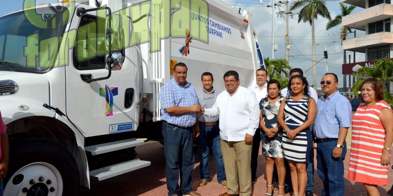 Nuevo camión de limpia pública y uniformes entregó alcalde