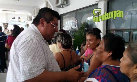 Toño Aguilar atiende a interesados de programa Más 65