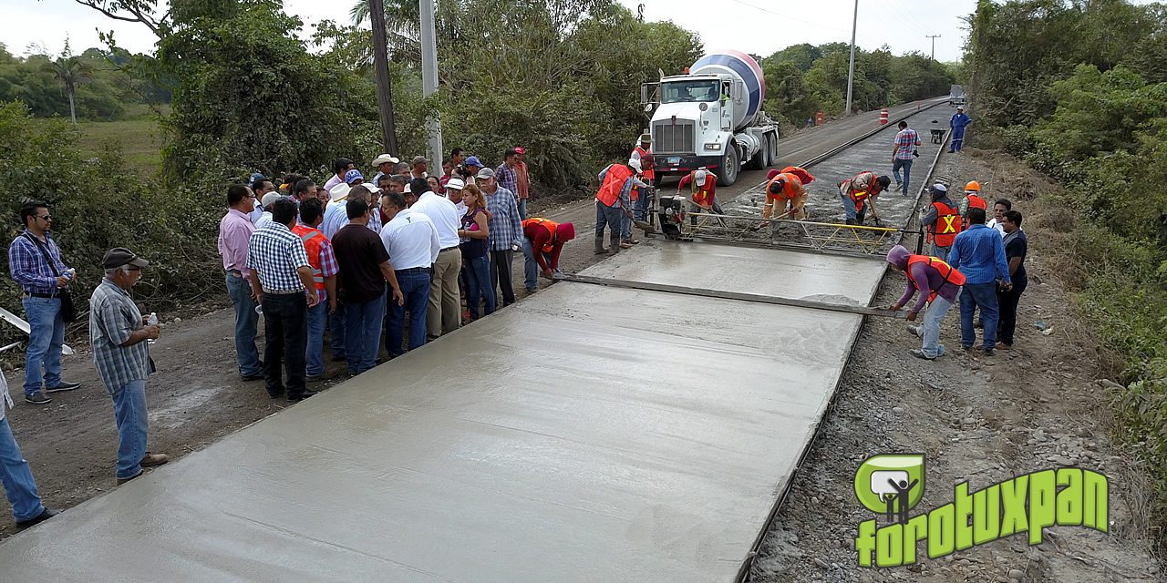 Supervisa Toño Aguilar construcción carretera a concreto hidráulico de los kilómetros