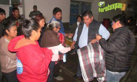 Alcalde entrega cobijas a familiares de enfermos, en el Hospital Civil