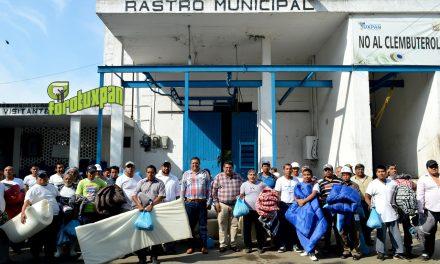 Apoyos invernales para trabajadores del Rastro Municipal