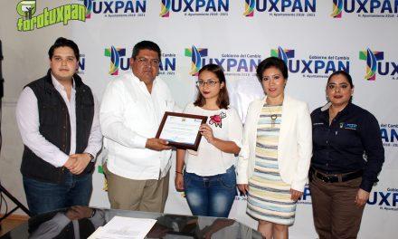 Estudiante de la UPAV recibe apoyo del seguro de vida Jefas de Familia