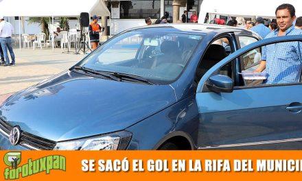 Alcalde entrega auto último modelo a ganador del cobro impuesto predial 2019