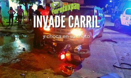 Invade carril y CHOCA en su moto
